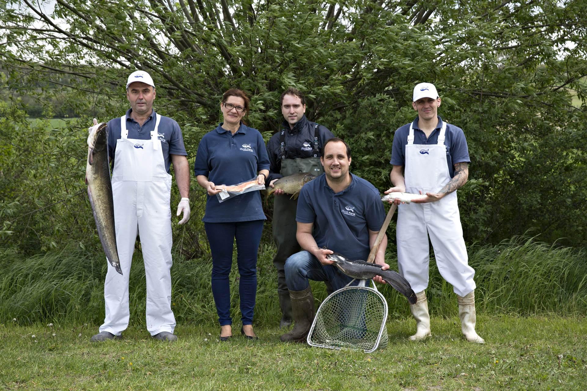 Fischfarm Sigleß - Gruppenfoto mit gefangenen Fischen